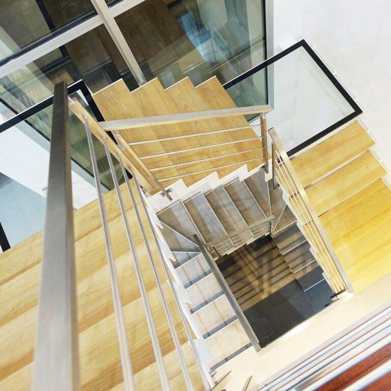 escalier blanc crémaillère
